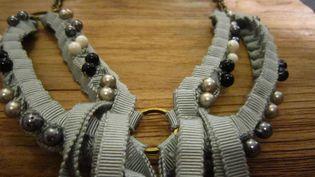 Collier Olgajeanne : tressage de rubans gris et de perles de différentes couleurs  (Corinne Jeammet)