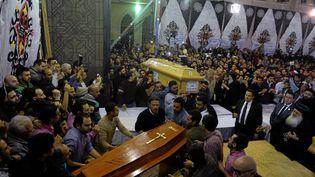 Le cercueil d'une victime d'un attentat est porté à l'intérieur de l'église copte Mar Girgis àTanta (Egypte), le 9 avril 2017. (MOHAMED ABD EL GHANY / REUTERS)