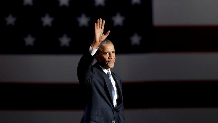 Barack Obama salue la foule rassemblée à Chicago (Illinois), le 10 janvier 2017, après son discours d'adieu. (JOHN GRESS / REUTERS)