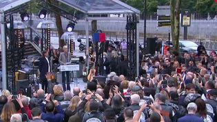 Hommage à Johnny Hallyday : les fans célèbrent leur idole devant Bercy (FRANCE 2)