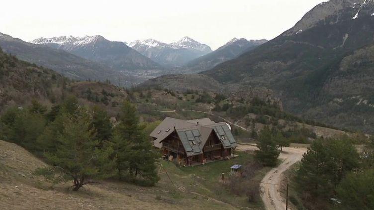 Depuis le début du confinement, le refuge du Pas du Loup, dans les Hautes-Alpes, est vide. Une aubaine pour ses gardiens, qui ont tout le temps de profiter du printemps. (FRANCE 3)