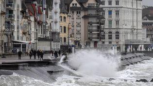 La jetée deWimeureux (Pas-de-Calais) est sous l'eau, à cause de la tempête Ciara, le 9 février 2020. (DENIS CHARLET / AFP)