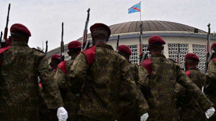 Des soldats postés à Kinshasa (République démocratique du Congo) avant le début de la cérémonie de prestation de serment deFélix Tshisekedi, le 24 janvier 2019. (TONY KARUMBA / AFP)