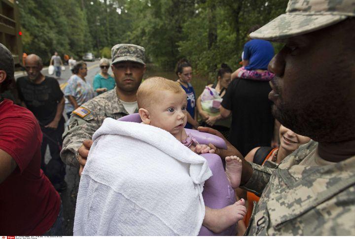 Des militaires évacuent un nourrisson de trois mois lors d'une opération de secours menée près de Walker, en Louisiane (Etats-Unis), dimanche 14 août. (MAX BECHERER / AP/ SIPA)