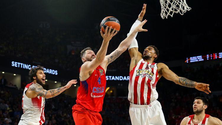 Nikita Kurbanov (CSKA Moscou) sous le regard de Georgios Printezis (Olympiakos)  (SALIH ZEKI FAZLIOGLU / ANADOLU AGENCY)