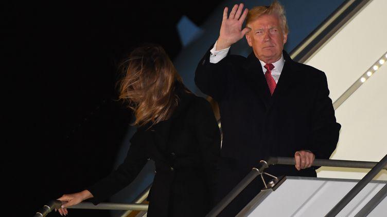 """Donald et Melania Trump sortent de l'avion """"Air Force One"""", à Orly(Val-de-Marne), le 9 novembre 2018. (SAUL LOEB / AFP)"""