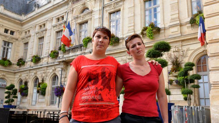 Angelique Leroux etAmandine Gilles devant la mairie de Bollène (Vaucluse), le 24 août 2013. ( MAXPPP)