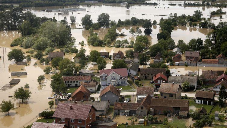 Une vue aérienne des inondations dans la ville d'Orasje (Bosnie), le 18 mai 2014. (DADO RUVIC / REUTERS)