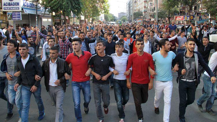 Des Turcs manifestent, le 10 octobre 2015 à Ankara (Turquie), après le double attentat-suicide qui a visé une manifestation pro-kurde quelques heures plus tôt. (SERTAC KAYAR / REUTERS)