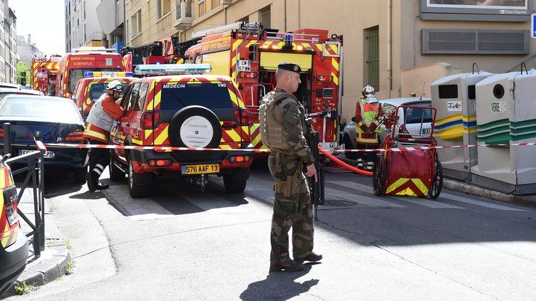 Policiers, soldats et pompiers mobilisés à Marseille, le 18 avril 2017, après l'arrestation de deux hommes soupçonnés d'avoir voulu commettre des attentats pendant l'élection présidentielle. (BORIS HORVAT / AFP)