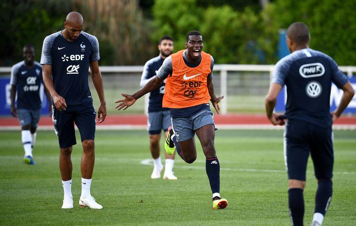 Paul Pogba à la fin d'une séance d'entraînement à Clairefontaine (Yvelines), le 30 mai 2018, à deux semaines de la Coupe du monde. (FRANCK FIFE / AFP)