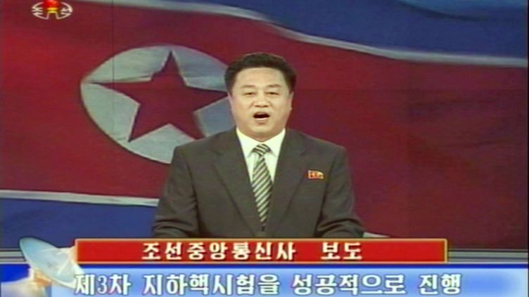 Capture d'écran de la télévision nord-coréenne, le 12 février 2013. Le présentateur lit un compte-rendu du test nucléaire opéré par les autorités. (NORTH KOREAN TV / AFP )