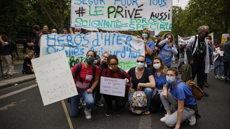 Le personnel soignant lors de la manifestation du 30 juin 2020 à Paris. (THOMAS SAMSON / AFP)