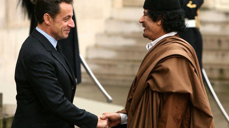 Nicolas Sarkozy reçoitMouammar Kadhafi, le 10 décembre 2007, sur le perron de l'Elysée, à Paris. ( JACKY NAEGELEN / REUTERS)