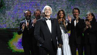 Jean-Paul Belmondo sur scène lors d'un hommage rendu à la cérémonie des César, à Paris, le 24 février 2017. (BERTRAND GUAY / AFP)