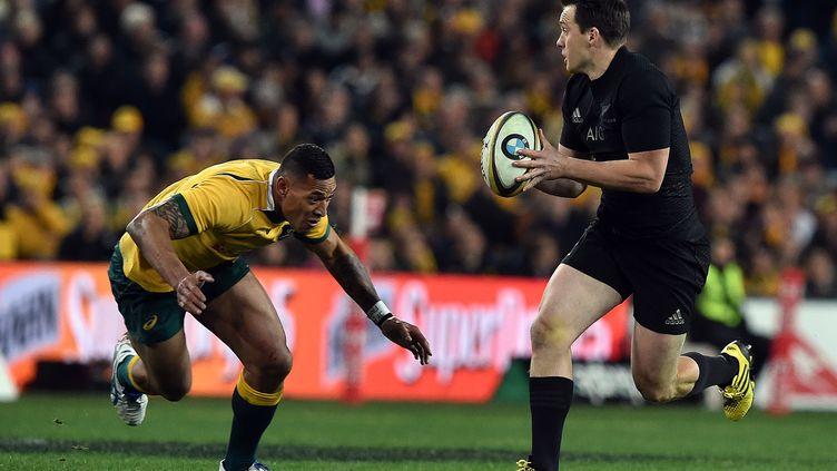 Le Néo-Zélandais Ben Smith face àl'arrière australien Israel Folau (SAEED KHAN / AFP)