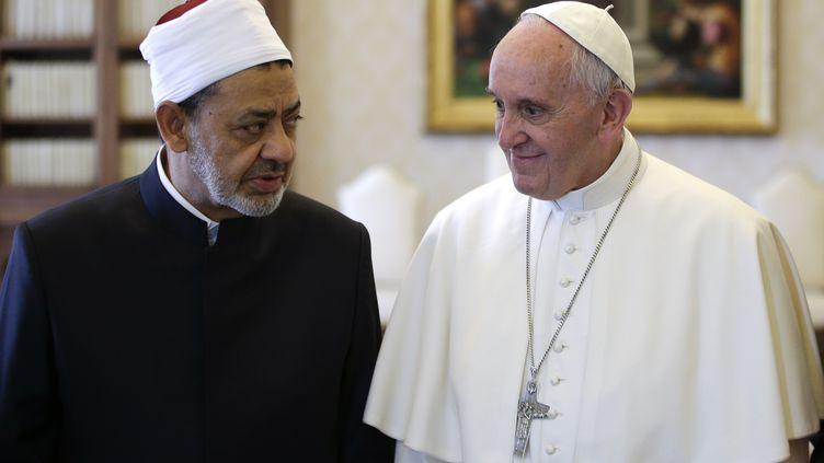 Le cheikh Ahmed Al-Tayeb et le pape François, le 23 mai, au Vatican. (MAX ROSSI / AFP)