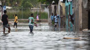 Mardi 4 octobre, dans les rues de Port-au-Prince, après le passage du cyclone Matthew. (HECTOR RETAMAL / AFP)