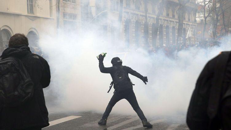 Des heurts en marge de la manifestation contre la loi sur la réforme du Code du travail, à Paris, le 31 mars 2016. (CHRISTOPHE ENA /AP / SIPA)