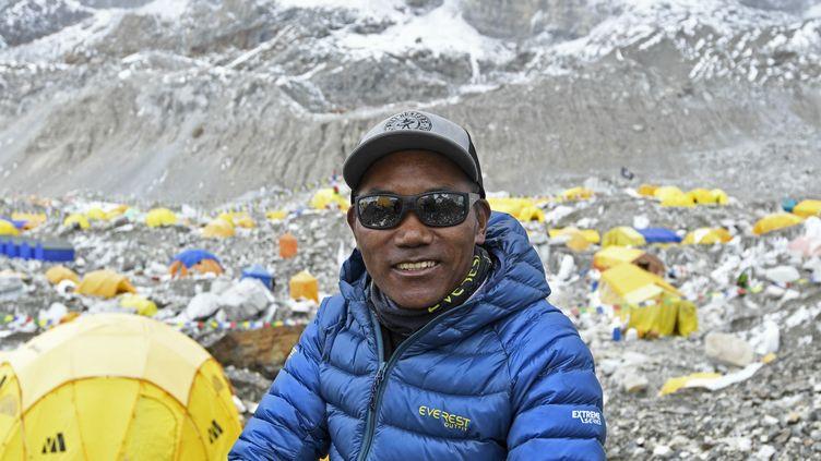 Kami Rita Sherpa, a atteint le sommet de l'Everest pour la 25e fois, le 7 mai 2021. (PRAKASH MATHEMA / AFP)