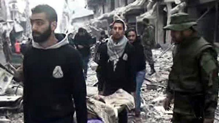 19 janvier 2014 , images extraites d'un reportage de le télé nationale syrienne lors d'évacuation de blessés du camp palestinien assiégé de Yarmouk près de Damas ( SANA / AFP)