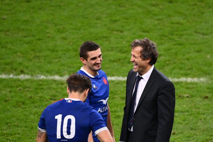 Fabien Galthié entouré de ses joueurs du XV de France (FRANCK FIFE / AFP)