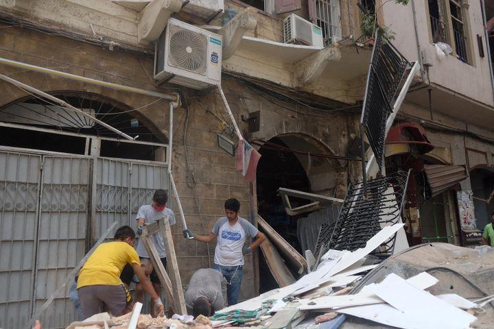 Des volontaires nettoient le quartier de Gemmayze, voisin du port de Beyrouth. (NATHANAEL CHARBONNIER / ESP - REDA INTERNATIONALE)
