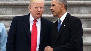 Le président sortant Barack Obama et son successeur Donald Trump, lors de la cérémonie d'investiture, le 20 janvier 2017, à Washington. (ROBYN BECK / AFP)