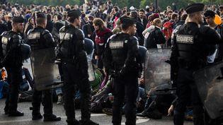 Des gendarmes encadrent un rassemblement d'opposants à la loi Travail, le 12 mai 2016 à Paris. (GEOFFROY VAN DER HASSELT / AFP)