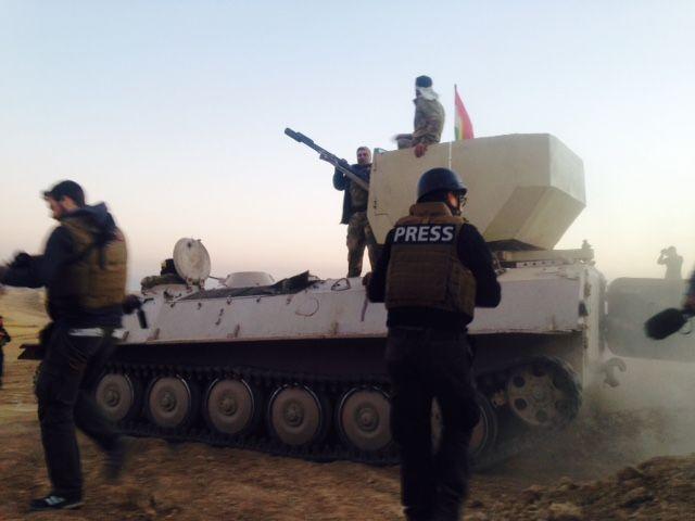 Des journalistes de France 2, aux côtés de l'armée irakienne, lors d'un reportage à Mossoul, en mars 2017. (FRANCE TELEVISIONS)