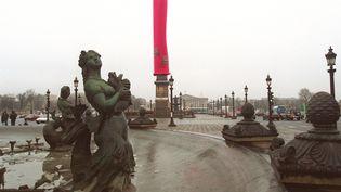 Le préservatif rose géant posé sur l'obélisque de la Concorde par Act Up à Paris, le 1er décembre 1993. (GERARD JULIEN / AFP)