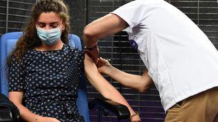 Une femme se fait vacciner contre le Covid-19 à Garlan (Finistère), le 31 mai 2021. (FRED TANNEAU / AFP)