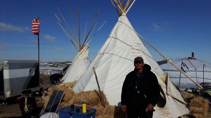 Ghost, un des Sioux mobilisés. L'homme est né dans la réserve indienne de Standing Rock. Ses ancêtres sont enterrés dans ces plaines. (MATHILDE LEMAIRE / RADIO FRANCE)