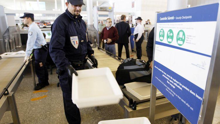 Des policiers remplacent les agents de sûreté grévistes à l'aéroport de Roissy, le 22 décembre 2011. (FRANCOIS GUILLOT / AFP)
