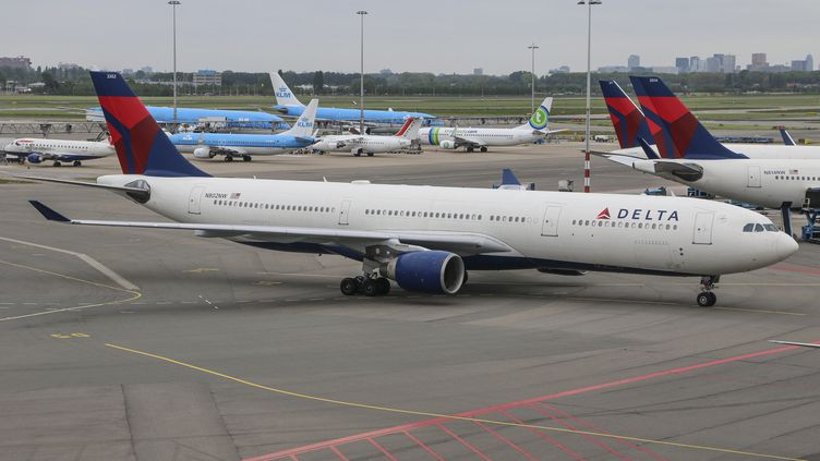 Un Boeing 777 de la compagnie Delta Air Lines, à Amsterdam (Pays-Bas), le 15 mai 2015. (NICOLAS ECONOMOU / AFP)