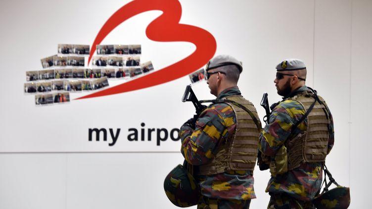Des militaires belges patrouillent à l'aéroport de Bruxelles-Zaventem le 2 mai 2016, le jour de sa réouverture après l'attaque terroriste du 22 mars. (ERIC LALMAND / BELGA MAG / AFP)