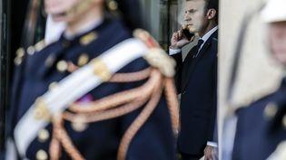 Emmanuel Macron passe un appel téléphonique depuis l'Elysée, le 24 octobre 2017. Photo d'illustration. (LEON TANGUY / MAXPPP)