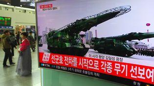 Un écran de téléviusion dans la gare de Séoul, le 15 avril 2017. (JUNG YEON-JE / AFP)