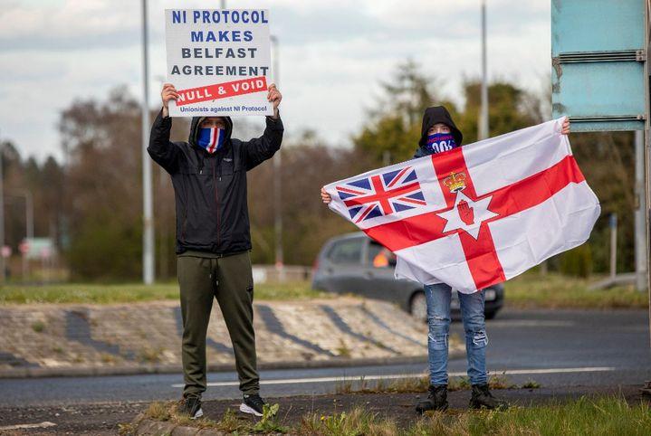"""""""Le protocole nord-irlandais rend l'Accord de Belfast nul et non avenu"""", affirment des manifestants loyalistes à Larne (Irlande du Nord, Royaume-Uni), le 6 avril 2021. (PAUL FAITH / AFP)"""