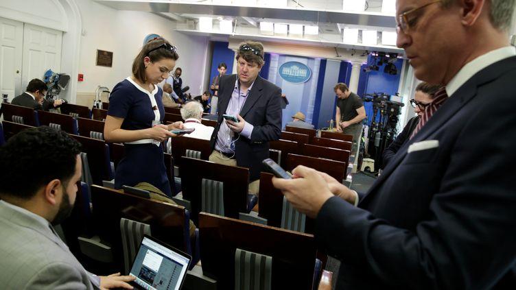 Des journalistes dans la salle de presse de la Maison Blanche, après l'exclusion de plusieurs médias d'un point presse du porte-parole de la présidence, le 24 février 2017, à Washington. (YURI GRIPAS / REUTERS)