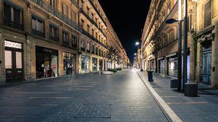 Pas un passant dans l'une des principales voies commerçantes de Toulouse (Haute-Garonne) : la rue d'Alsace-Lorraine, le 17 octobre 2020. (ADRIEN NOWAK / HANS LUCAS / AFP)