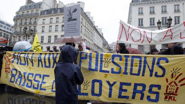 Le collectif d'aide aux mal logés jeudi Noir manifeste pour réclamer une baisse des loyers,le 17 avril 2012 à Paris. (PIERRE VERDY / AFP)