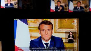 Le président de la République, Emmanuel Macron, s'adresse aux Français à la télévision durant le confinement, le 13 avril 2020. (MARTIN BUREAU / AFP)