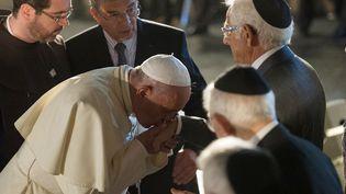 Le pape François rencontrant des représentants de la communauté juive à Jérusalem, le 26 mai 2014. (OSSERVATORE ROMANO / AFP)