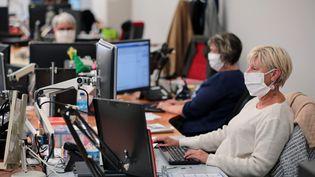 Des employées masquées dans un open space à Lorient (Morbihan), le 18 août 2020. (MAXPPP)