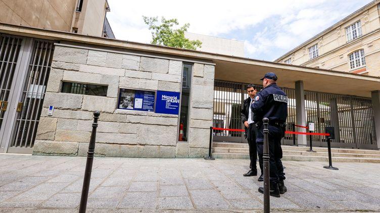 Des policiers français surveillent le Mémorial de la Shoah à Paris, le 25 mai 2014, après la tuerie survenue au Musée juif de Bruxelles (Belgique). (MICHEL STOUPAK / CITIZENSIDE / AFP)