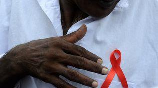 Un prisonnier sri lankais porte le ruban rouge à l'occasion de la journée mondiale de lutte contre le sida dans la prison de Colombo, en décembre 2015. (LAKRUWAN WANNIARACHCHI / AFP)