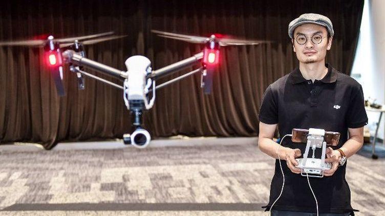 Wang Tao, fondateur de Da-Jiang Innovations, pilote un de ses drones à Shenzhen. (MAO SIQIAN / XINHUA)