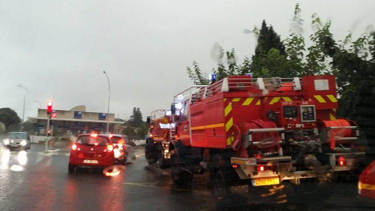Une équipe de pompiers déployée à Nîmes(Gard) dans le secteur de Castanet, vendredi 10 octobre. (GUILLAUME BASTID / DR)