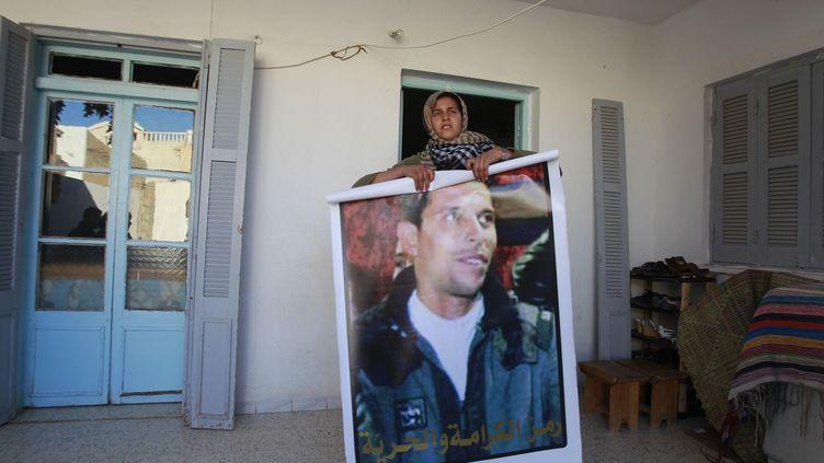 Bessema Bouazizi tient une photo de son demi-frère Mohamed Bouazizi, à son domicile de Sidi Bouzid (Tunisie), le 6 février 2011. (LOUAFI LARBI/REUTERS)